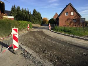 Straße im Bau: die Durchfahrt für Autos ist möglich, gestaltet sich manchmal aber noch ein bisschen holprig.